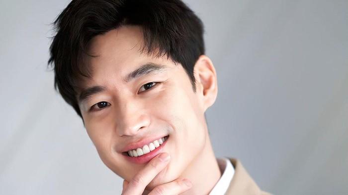 7 Pesona Lee Je Hoon, Supir Taksi Ganteng di Drama Korea 'Taxi Driver'