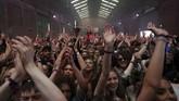 Jumat (30/4) mungkin menjadi hari paling mengharukan bagi anak muda di Liverpool, Inggris, karena mereka bisa kembali dugem di kelab malam.