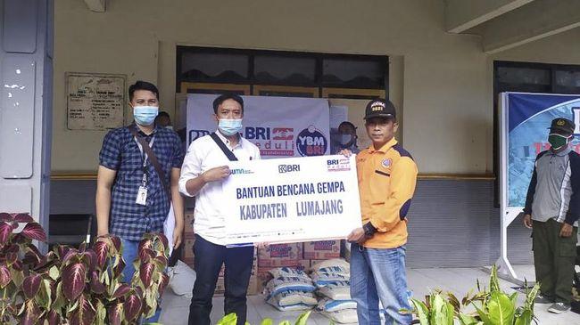 Tak hanya menyalurkan bantuan, para Insan BRI pun turut terjun langsung ke lapangan membantu masyarakat terdampak gempa di Jawa Timur.