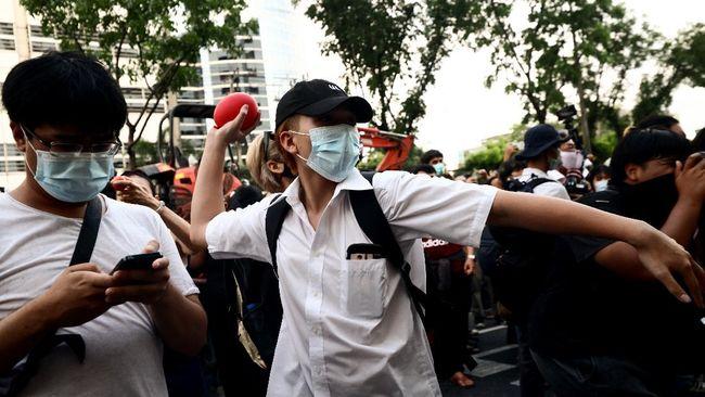 Ratusan demonstran di Thailand melakukan aksi melempar tomat hingga telur ke pengadilan Bangkok menuntut pembebasan semua tapol di negeri tersebut.