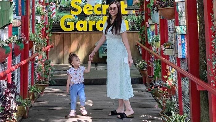 8 Potret Aura Kasih dan Baby Arabella, Gemas!