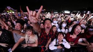 FOTO: Euforia Ribuan Warga Wuhan Hadiri Konser Musik