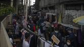 Pengunjung di Pasar Tanah Abang, Jakarta Pusat membeludak beberapa hari belakangan. Hari Minggu (2/5) pengunjung tercatat mencapai 100 ribu orang.