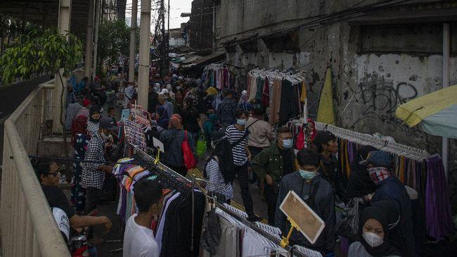 Pengunjung memadati Pasar Tanah Abang, Jakarta. Meski tetap memakai masker, kerumunan seperti itu tetap meningkatkan risiko penularan penyakit seperti Covid-19.