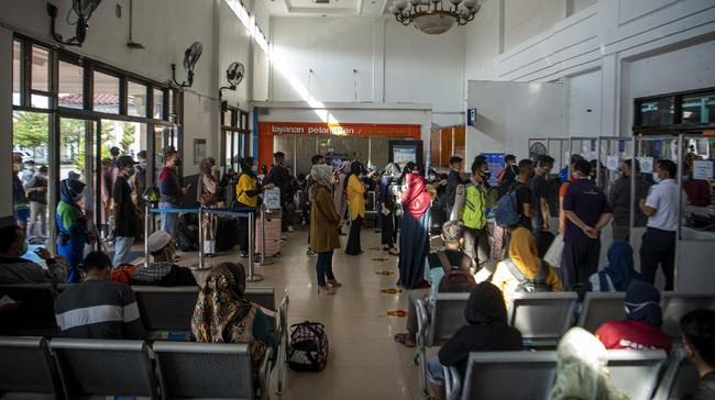 Sejumlah warga memilih mudik lebih awal menggunakan transportasi kereta api untuk menghindari pemberlakuan larangan mudik mulai 6-17 Mei mendatang.