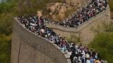 Puluhan ribu wisatawan membanjiri Tembok Besar China pada Sabtu (1/5) kemarin, bertepatan dengan hari libur dalam rangka memperingati Hari Buruh.