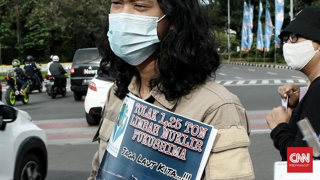 Belasan Pemuda Peduli Lingkungan dan Kelestarian Alam, menggelar aksi damai menolak rencana Jepang membuang 1 juta ton lebih air limbah.