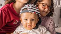 <p>Jadi jagoan di rumah, Baby Saka juga akur dengan kakak-kakak perempuannya. (Foto: Instagram @ussypratama)</p>