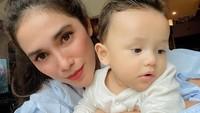 <p>Kemiripan Saka dan Song Joong Ki ini disampaikan langsung sang ibu lho. Gimana? Mirip enggak Bunda? (Foto: Instagram @ussypratama)</p>