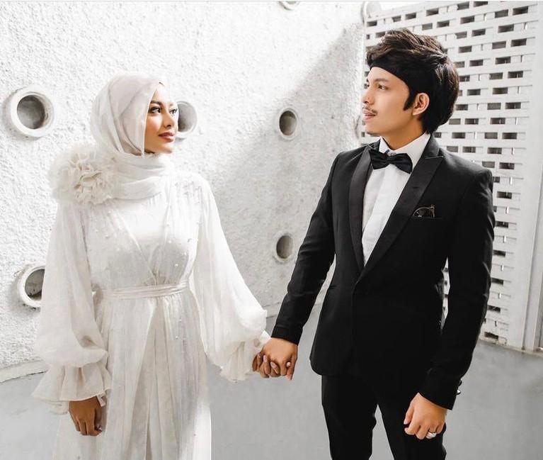 Atta Halilintar dan Aurel Hermansyah merayakan ulang tahun pernikahan ke satu bulan. Yuk kita intip kemesraan mereka setelah sebulan menjadi pasangan suami istri!