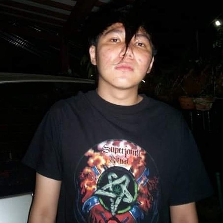 Kabar mengejutkan datang dari vokalis band DeadSquad, Daniel Mardhany yang ditangkap karena narkoba. Yuk kita lihat kumpulan beberapa foto Daniel!