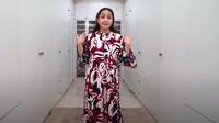 <p>Gigi tampak<em> glowing</em> terlihat begitu <em>glowing</em> mengenakan dress merah putih bercorak kembang-kembang. (YouTube Rans Entertainment)</p>