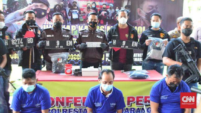 Tim Polrestabes Semarang membekuk tiga pelaku pencurian mobil mewah di 3 wilayah Jawa Timur. Pelaku pencurian mobil mewah di Semarang itu adalah residivis.