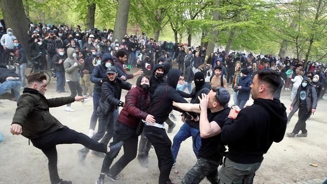 Tak ada kembang api, pesta anti-lockdown di Brussels, Belgia, pada Sabtu (1/5) ditutup dengan gas air mata yang disemprotkan aparat untuk membubarkan massa.