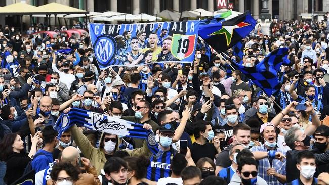 Ribuan pendukung Inter Milan merayakan kemenangan di Piazza Duomo di Milan pada Minggu (2/5), setelah tim tersebut memenangkan gelar juara Serie A musim ini.
