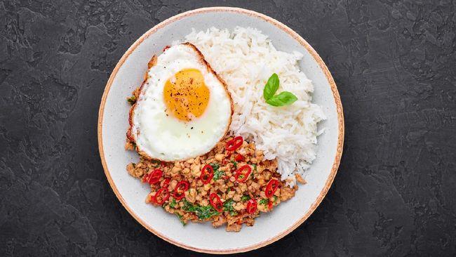 Perpaduan ayam dan daun kemangi akan menjadi hidangan yang menyegarkan saat sahur di bulan Ramadan. Berikut resep praktis sahur: ayam kemangi.