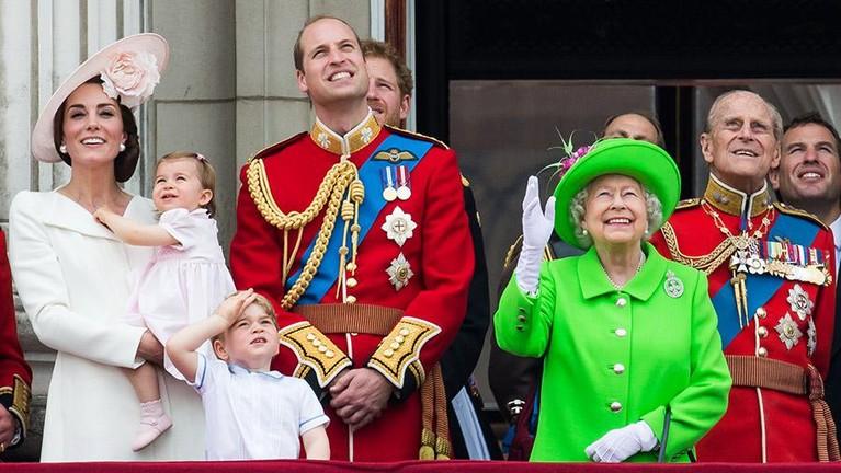 Ratu Elizabeth merayakan ulang tahunnya dua kali dalam setahun. Pada bulan April dan bulan Juni, biasanya pada bulan Juni akan diadakan tradisi raja dan ratu yang dikenal