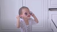 <p>Claire juga sudah berani tampil bergaya dengan kacamata. Keren kan, Bunda? (Foto: YouTube Shandy Aulia)</p>