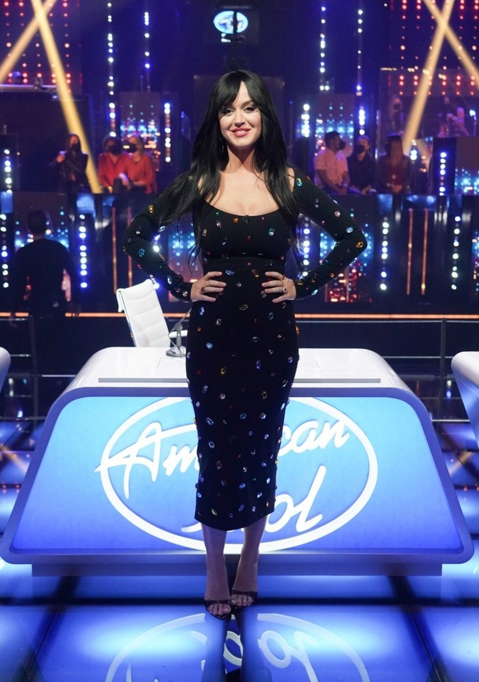 Bahkan midi black dress yang dikenakan Katy Perry pun tidaklah biasa. Dress hitam dari Dolce & Gabbana ini dipenuhi gemstone berwarna-warni di seluruh bagiannya. Cukup silau ya, sepertinya! (Foto: talkingwithtami.com)