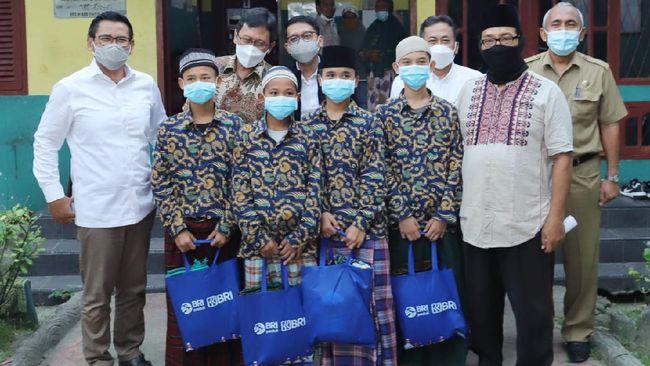 BRI memaknai keistimewaan bulan Ramadan 1442 H dengan membagikan paket sembako ke 200 Panti Asuhan dan 50 Panti Werdha di berbagai daerah di Indonesia.