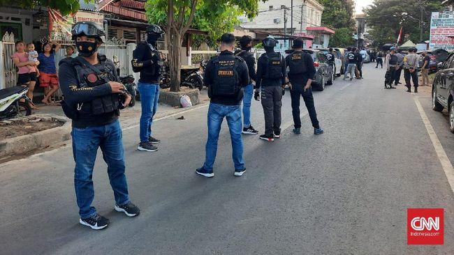 Densus 88 Polri menggeledah bekas markas FPI Makassar dan membawa sejumlah barang bukti.