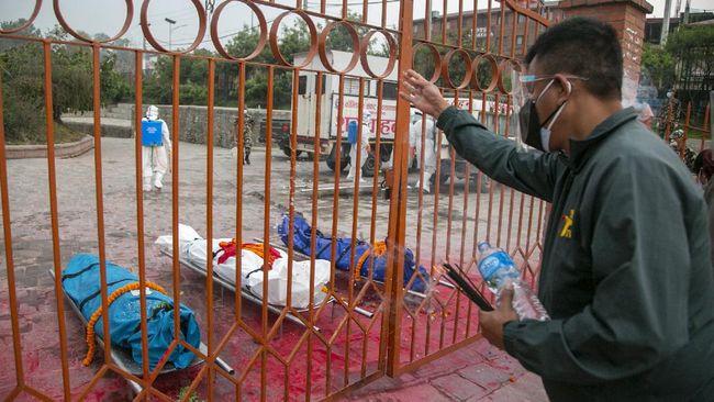 Pemerintah Nepal kelabakan karena kasus infeksi virus corona melonjak 57 kali lipat akibat penyebaran virus mutasi dari India.