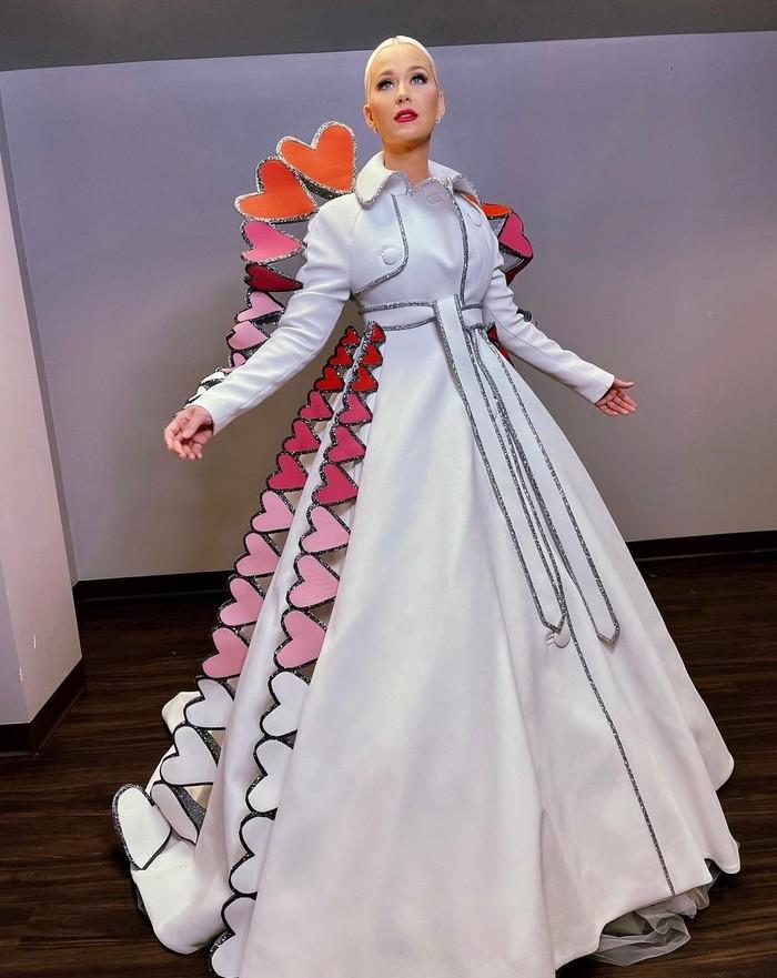 Malam Premier American Idol Season 4 jatuh pada Hari Valentine. Lalu Katy Perry menggunakan gaun putih berhiaskan banyak hati. Siap jadi Queen of Hearts! (Foto: instagram.com/katyperry)