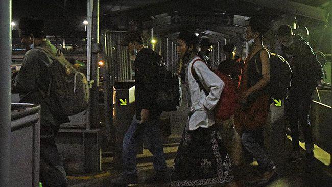 Loket penjualan tiket di Pelabuhan Merak, Banten, Rabu (5/5) dini hari, diramaikan calon penumpang.