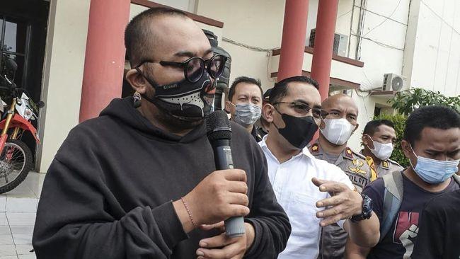 Pria yang mengejek pemakai masker di mal Surabaya meminta maaf dan mengakui bahwa dirinya tak percaya dengan covid-19.