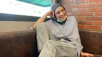 <p>Istri Arya Saloka, Putri Anne, dikenal sebagai salah satu artis berhijab yang modis. Ia tetap tampil kece bak ABG di usia 30 tahun, Bunda. (Foto: Instagram: @putriannesaloka)</p>