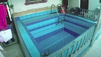 <p>Di tengah rumah, ada kolam renang indoor yang dikhususkan untuk anak-anak.(Foto: YouTube Sahabat Salam)</p>