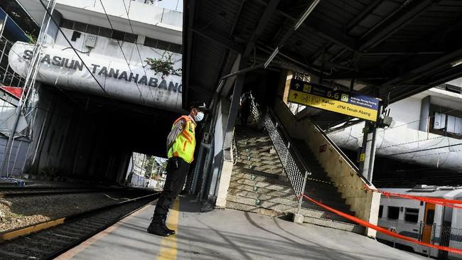 Stasiun Tanah Abang, Jakarta Pusat, tidak melayani pengguna KRL pada pukul 15.00-19.00 WIB. Penumpang hanya diizinkan transit pada sore ini.