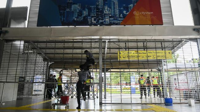 Sejumlah calon penumpang KRL terlihat mendatangi Stasiun Tanah Abang, dan kecele karena tak ada kereta di sana pukul 15.00-19.00 WIB.