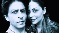 <p>Dalam sebuah foto hitam putih, Khan dan Gauri membagikan momen kebersamaan mereka sambil tersenyum. Harmonis banget ya, Bunda. (Foto: Instagram: @iamsrk)</p>