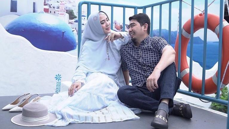 Ustaz Solmed berbagi kisah pilu saat kondisi keuangan hancur kala pandemi, namun ia dan April Jasmine sang istri tetap terlihat mesra. Yuk kita intip kemesraan mereka!