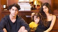 <p>Banyak yang bilang ketiga anak Shah Rukh Khan tak kalah tampan dan cantik dari orang tuanya nih. Setuju enggak, Bunda? (Foto: Instagram @gaurikhan)</p>