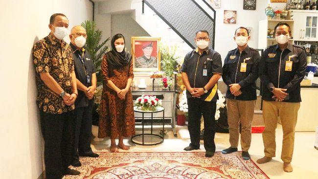 PT Asabri menyerahkan santunan kematian kepada ahli waris Kepala BIN Papua I Gusti Putu Danny Karya Nugraha di Cijantung, Jakarta Timur, Rabu (5/5).
