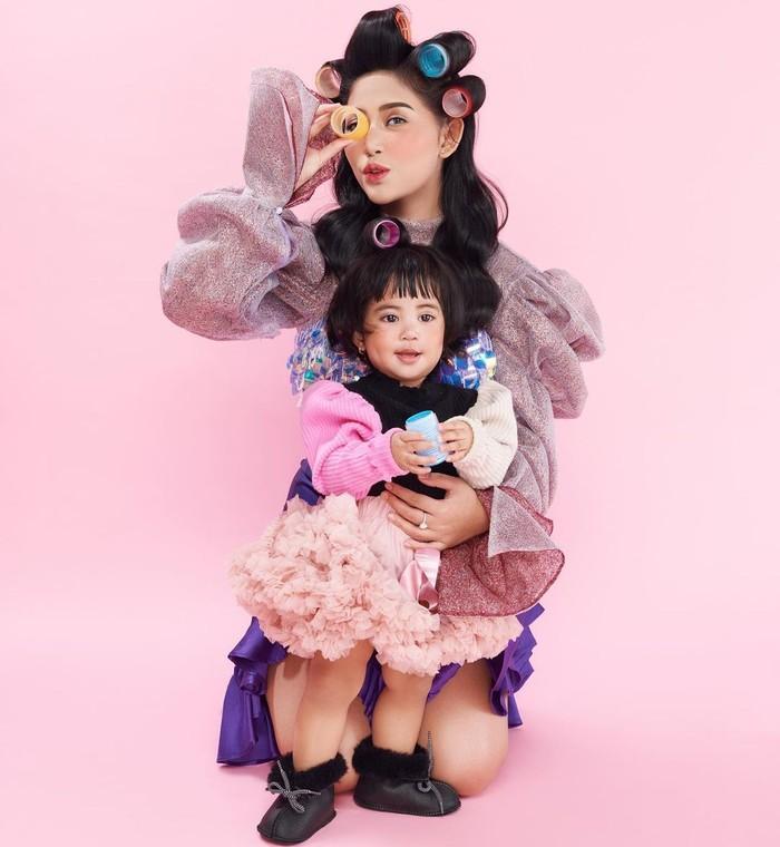 Beberapa waktu yang lalu, Rachel Vennya mengunggah hasil pemotretan dirinya bersama dengan anak keduanya, Aurorae Chava Al-Hakim. Keduanya terlihat kompak dengan mengenakan busana yang senada. (Foto: instagram.com/rachelvennya/)