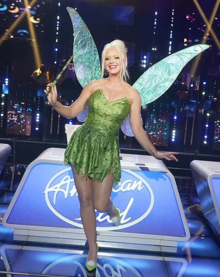 Belum lama ini Katy Perry tampil nyentrik dengan kostum Tinkerbell saat American Idol bertema Disney Night. Selain baju dan makeup, ia mengecat alisnya dan membuat kupingnya jadi runcing. Totalitas banget! (Foto: instagram.com/katy.and.margot)