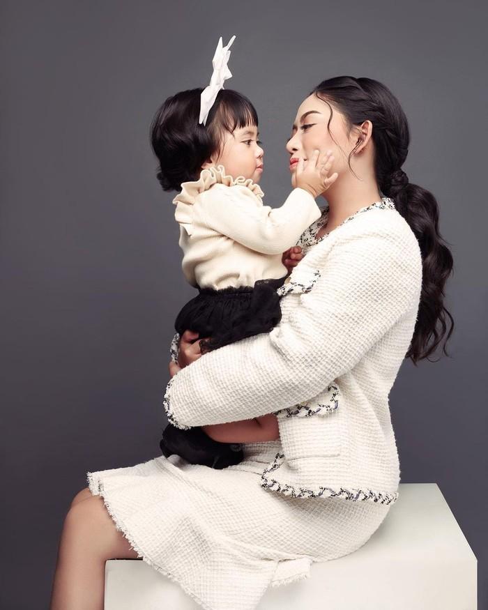 Busana yang dipakai oleh kedua ibu dan anak ini pun tak luput dari perhatian. Ada yang bernuansa putih, pink, ungu, hitam, dan lainnya. Chava mengenakan berbagai aksesoris seperti bando, kucir rambut, dan rol rambut. (Foto: instagram.com/rachelvennya/)