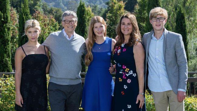 Bill dan Melinda Gates justru memilih pola asuh anak ala 1970-an untuk ketiga anaknya. Keduanya bahkan tak memperkenalkan gawai pada anak hingga usia 14 tahun.
