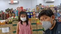 <p>Ibnu Jamil dan Abigail tak lupa menerapkan protokol kesehatan nih, Bunda. Cekrek! Pose bareng dulu di supermarket. (Foto: YouTube: Jamilo TV)</p>