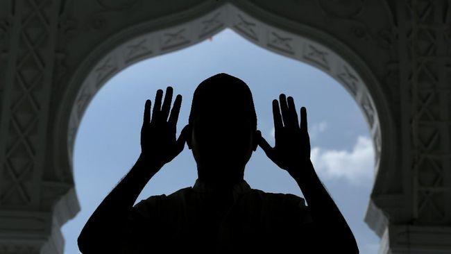 Ustaz Marnis Bahrum (70) mendadak tersandar ke mimbar saat menyampaikan ceramah menyejukkan hati di Nagari Magek, Agam. Jemaah bertangisan mengetahui dia wafat.