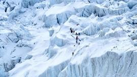 China Tutup Gerbang Pendakian ke Everest