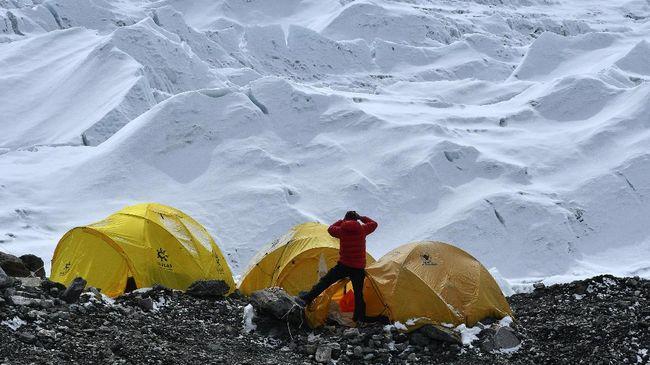 Penularan Covid-19 di Gunung Everest menggegerkan Nepal yang sedang mengalami lonjakan kasus. Setidaknya 30 pendaki dievakuasi usai dinyatakan positif Covid-19.