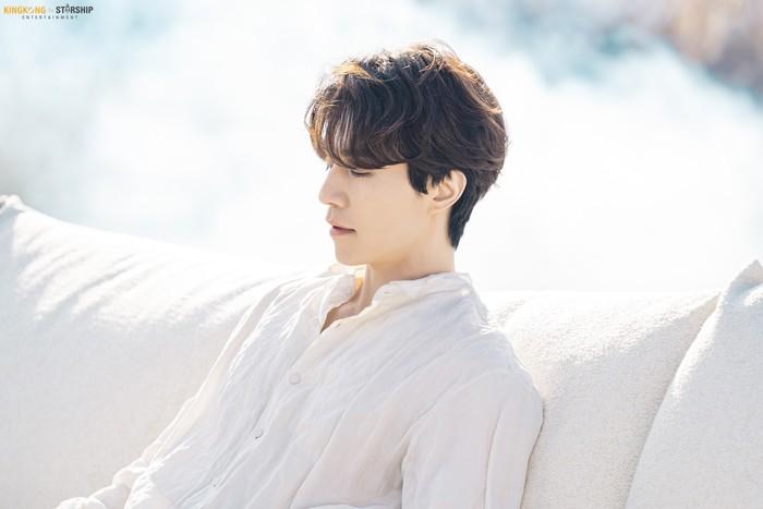 Foto-foto tersebut dirilis di akun Instagram dan laman Naver resmi milik KINGKONG by Starship. Nuansa pemotretan yang serba putih membuat Lee Dong Wook terilhat bagai malaikat. (Foto: naver.com/KINGKONG by Starship)