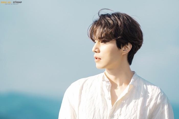 Lee Dong Wook yang memiliki kulit putih pucat, ditambah outfit serba putih membuatnya terlihat seolah datang dari dunia fantasi. Dengan style rambut sederhana pemain drama Korea Goblinini tampak rupawan. (Foto: Instagram.com/kkbyss)