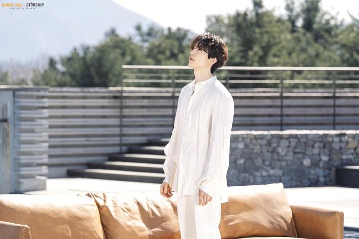 Lee Dong Wook baru-baru ini didapuk sebagai model sebuah brand furniture bernama BENS. Pada 1 Mei lalu, KINGKONG by Starship merilis foto-foto Lee Dong Wook saat pemotretan bersama BENS. (Foto: naver.com/KINGKONG by Starship)