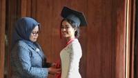 <p>Pada Oktober 2020, Tia baru saja menyelesaikan pendidikannya di Fakultas Hukum Universitas Indonesia. Di hari bahagianya tersebut, gadis berparas cantik ini tampak ditemani sang bunda. (Foto: Instagram @mutiarabaswedan)</p>