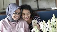 <p>Banyak yang bilang, senyum manis Tia mirip banget dengan sang ibu. Setuju enggak nih, Bunda? (Foto: Instagram @fery.farhati)</p>
